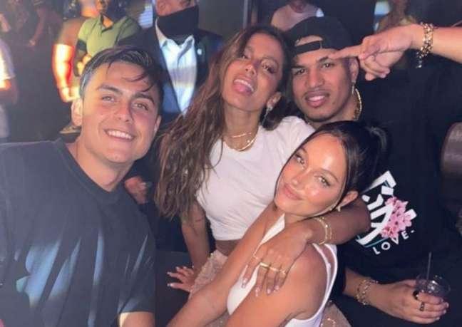 Dybala está acompanhado da namorada dele, Oriana Sabatini, e do produtor Phamtom Neo (Foto: Reprodução)