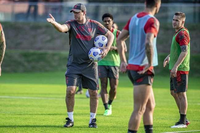 Rogério Ceni treinando a equipe do Flamengo no CT Ninho do Urubu (Foto: Marcelo Cortes/Flamengo)