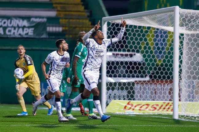 Com gol de Jô, Corinthians vence a Chape e entra no top 10