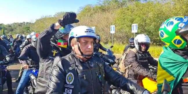 Presidente Bolsonaro participa de motociata com apoiadores em Porto Alegre neste sábado, 10.