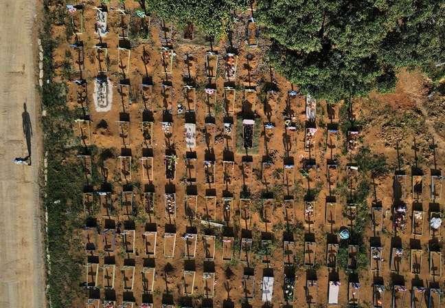 Vista aérea do Cemitério Parque Tarumã, em Manaus 07/07/2021 REUTERS/Bruno Kelly