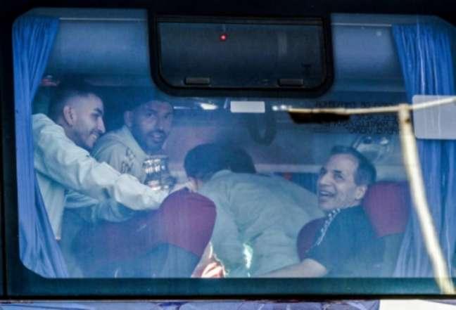 Jogadores da Argentina vendo a festa de dentro do ônibus (Foto: ALEJANDRO PAGNI / AFP)