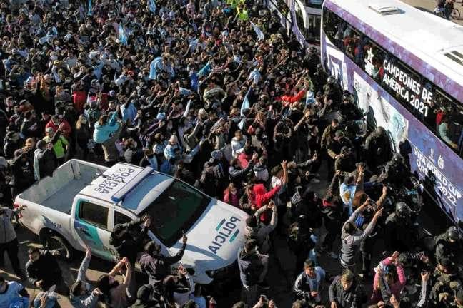 Multidão foi às ruas de Buenos Aires para celebrar fim do jejum de 28 anos sem título (Foto: JUAN MABROMATA / AFP)