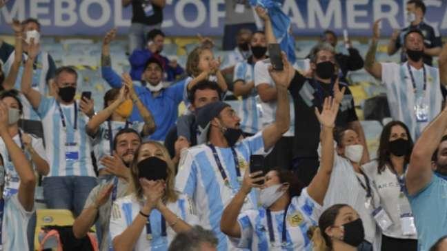 Cena da torcida argentina no Maracanã (Nelson ALMEIDA / AFP)