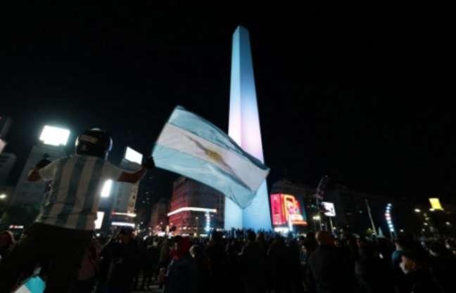 Festa dos torcedores argentinos no Obelisco, em Buenos Aires (Foto: ALEJANDRO PAGNI / AFP)