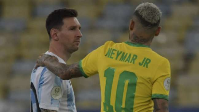 Neymar cumprimenta Messi (MAURO PIMENTEL / AFP