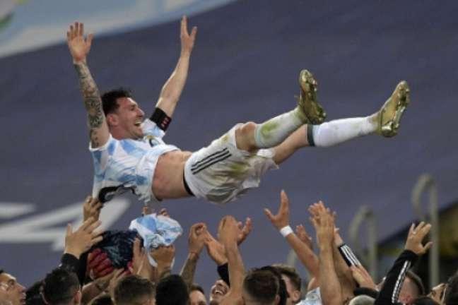 Aos 34 anos, Messi chega ao seu primeiro troféu na Argentina (FOTO: CARL DE SOUZA / AFP)
