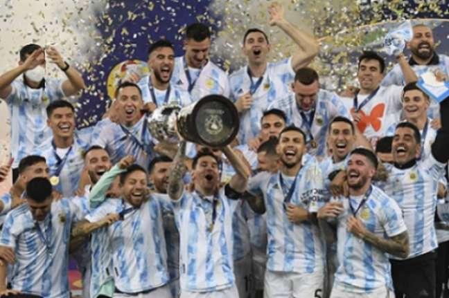 Série de escritas quebradas no título argentino (FOTO: CARL DE SOUZA / AFP)