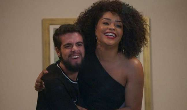 Catatau (Bernardo de Assis) eRenatinha(Juliana Alves) em cena de 'Salve-se Quem Puder': o amor rompe a barreira do preconceito