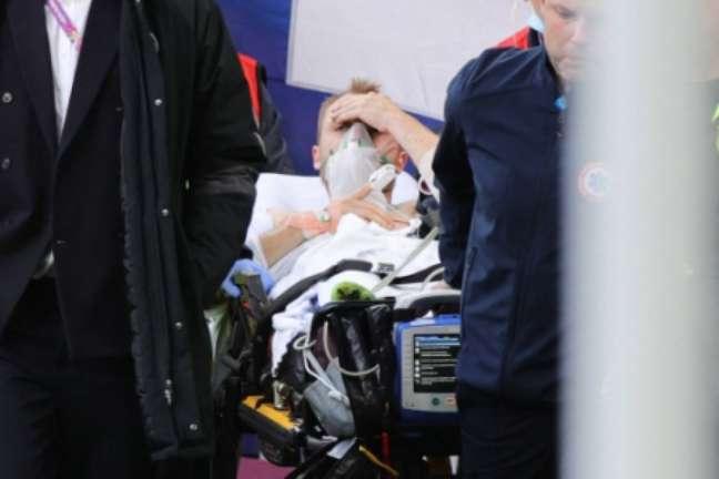 Eriksen deixou o campo com sinais de consciência após mal súbito (Foto: FRIEDEMANN VOGEL / AFP / POOL)