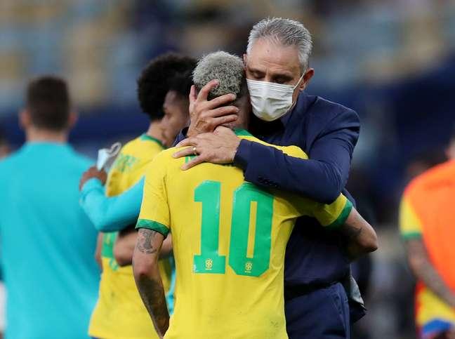 Tite consola Neymar após a derrota do Brasil para a Argentina