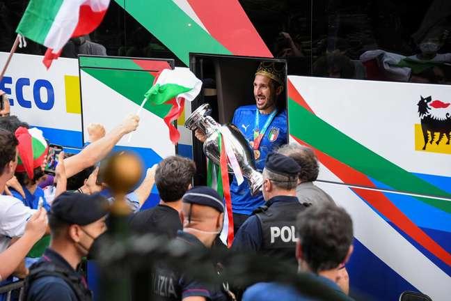 Chiellini desce do ônibus com o título da Eurocopa