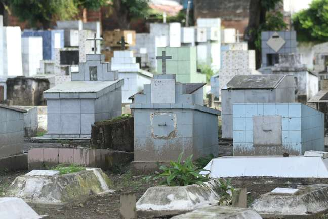 Movimentação no Cemitério da Várzea na Zona Oeste de Recife (PE)