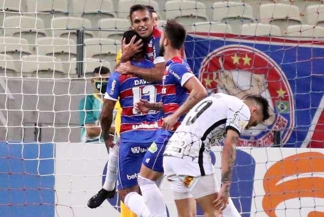 Em jogo movimentado, Fortaleza bate o Corinthians com golaço de Robson