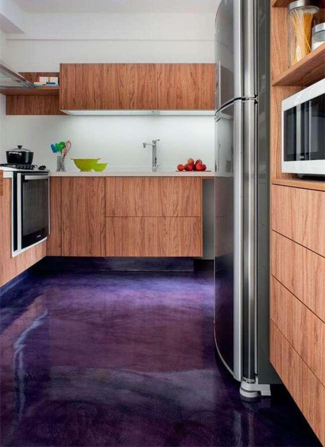 40. Cozinha com piso pintado de tinta epoxi roxo – Foto Casa Abril