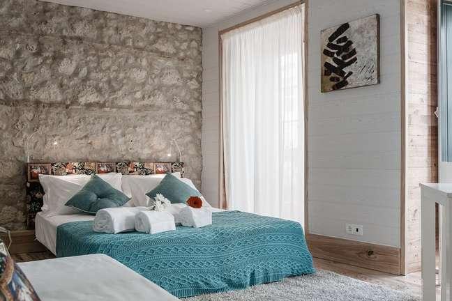 6. Parede rústica para decoração de quarto de casal – Foto: habitissimo