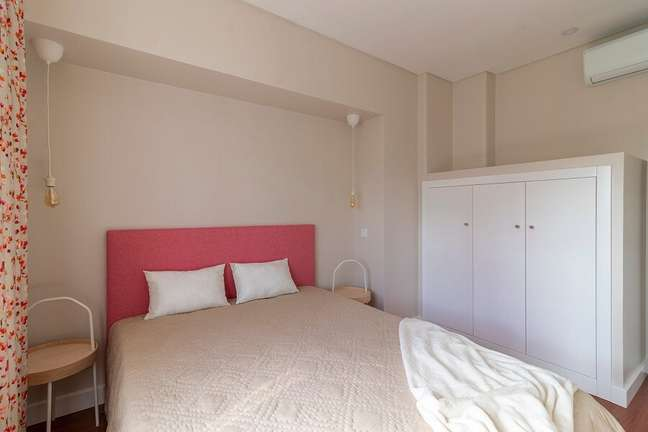 5. Decoração simples para quarto de casal com cabeceira colorida cor de rosa – Foto: habitissimo