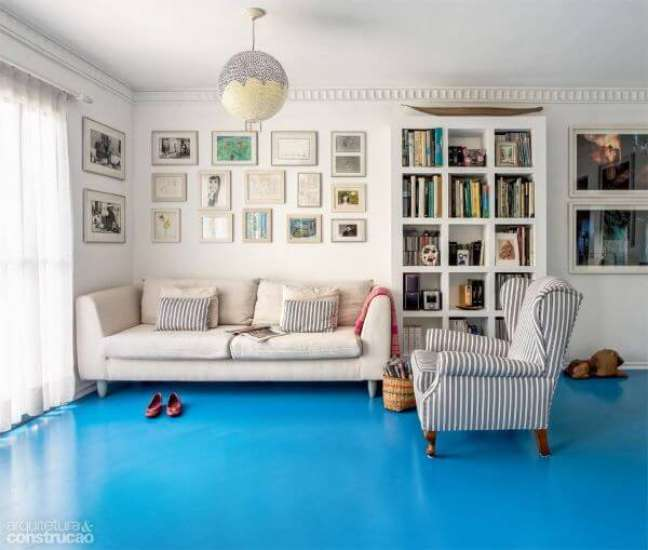 12. Piso pintado azul claro na sala de estar – Foto Casa Abril