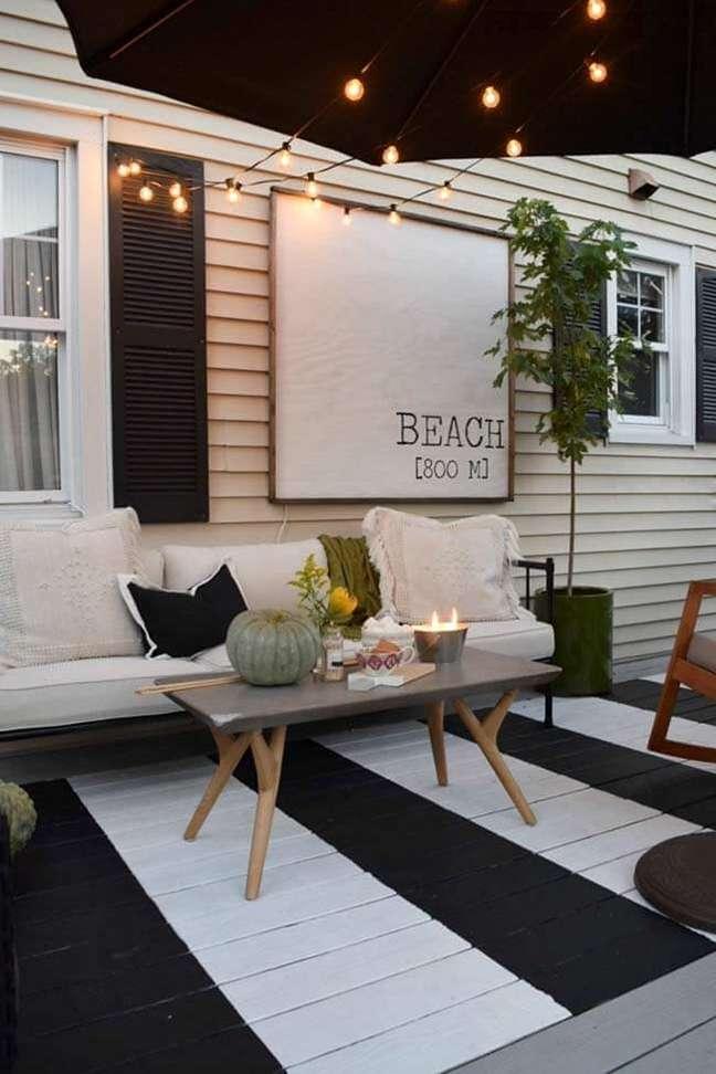9. Deck de madeira com piso pintado preto e branco – Foto Decor Facil