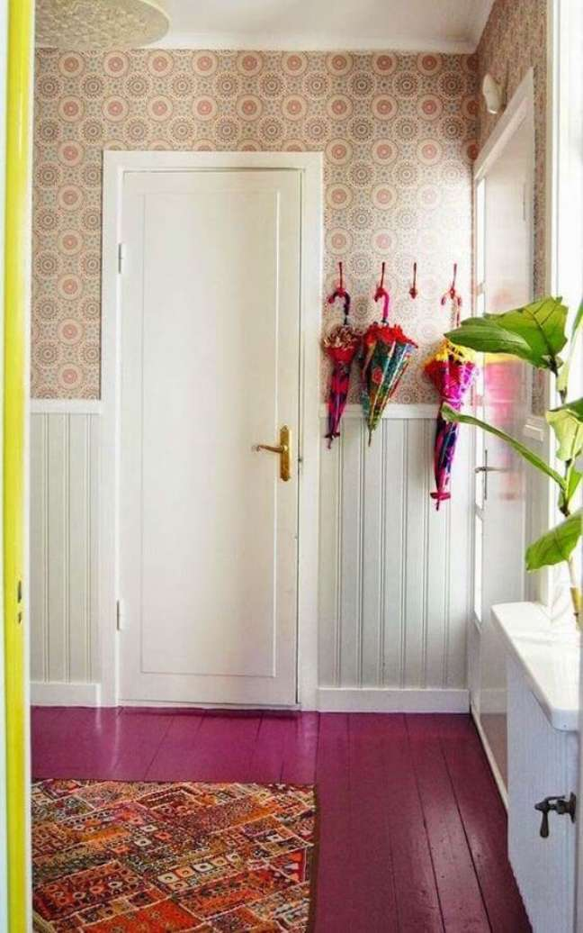 33. Sala com piso pintado rosa – Foto The Effortless Chic