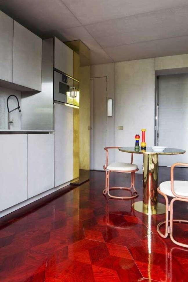 2. Cozinha com piso pintado vermelho – Foto Pinterest