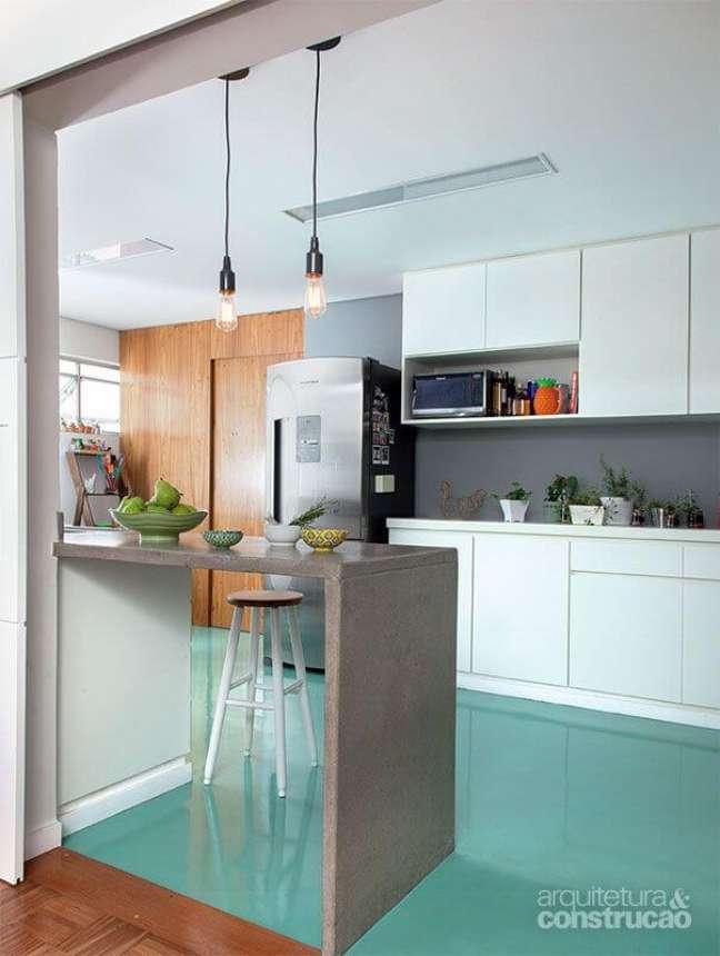 3. Cozinha branca com piso pintado de verde – Foto Pinterest
