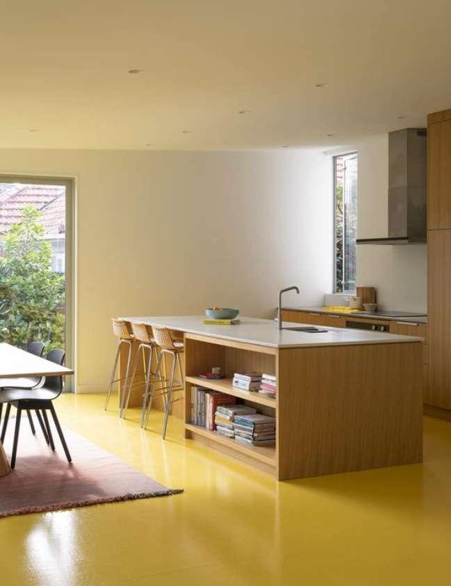 32. Sala com piso pintado em resina epoxi amarela – Foto Home Maazine