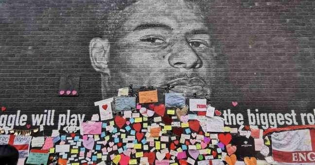 Depois de ser vandalizado com insultos racistas, mural para Marcus Rashford em Manchester foi coberto com mensagens de apoio e carinho ao atacante (Reprodução / Instagram)