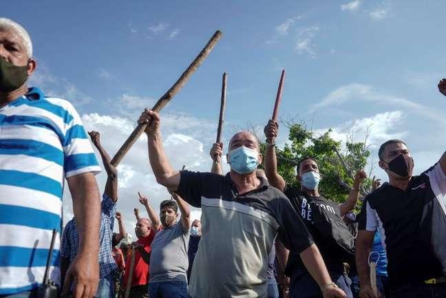 Policiais à paisana e apoiadores do governo cubano durante protestos em Havana 11/07/2021 REUTERS/Alexandre Meneghini