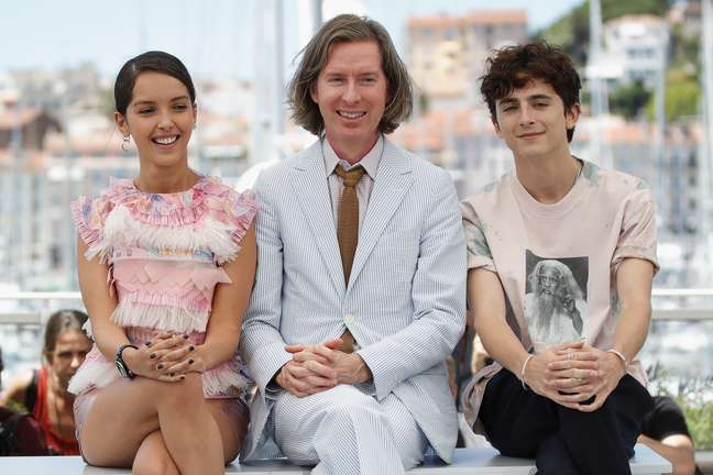 Wes Anderson com os atores Timothee Chalamet e Lyna Khoudri