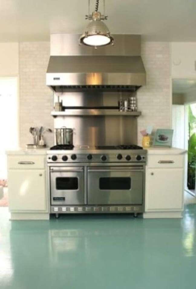 41. Cozinha com piso pintado verde agua – Foto Cote De Texas