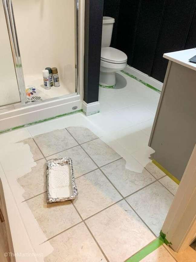15. Piso pintado branco para banheiro moderno – Foto The Martins nest