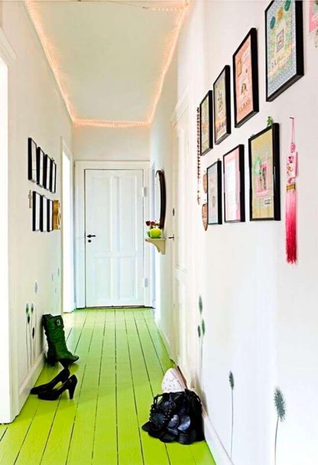 34. Sala com piso pintado verde e decoração criativa – Foto A Casa eh Sua