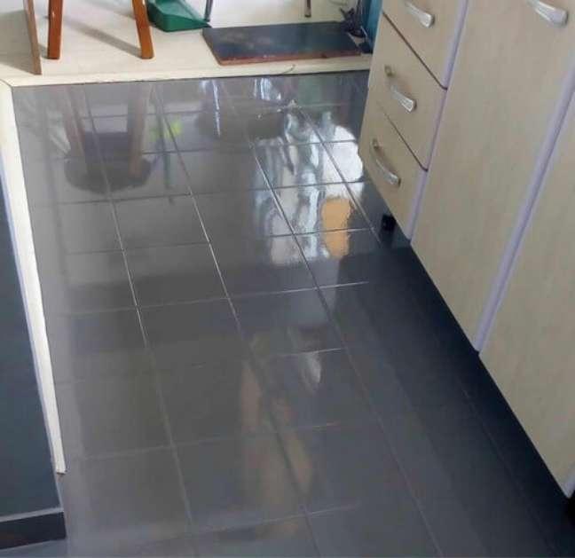 38. Cozinha com piso pintado com tinta epoxi – Foto Pinterest