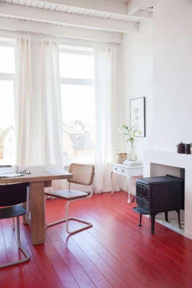 4. Sala de jantar com piso pintado vermelho – Foto Avenye Life Style