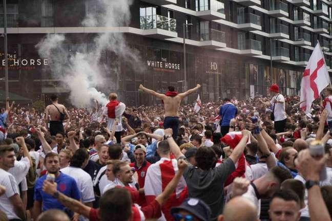 Torcedores ingleses promoveram grande aglomeração na final da Eurocopa (Foto: NIKLAS HALLE'N / AFP)