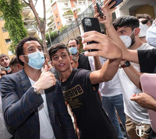 O meia-atacante brasileiro tira selfie ao lado de torcedor da Lazio