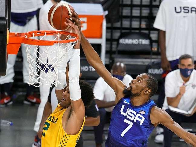 Kevin Durant tenta impedir cesta de australiano; nem o astro foi capaz de evitar nova derrota dos EUA