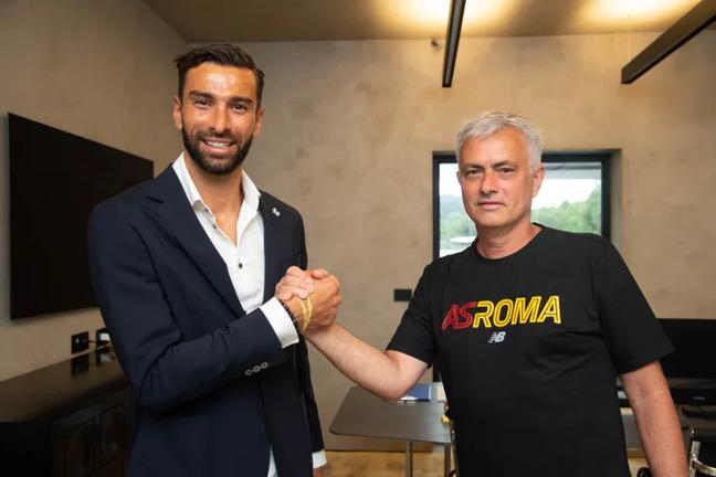 Rui Patrício cumprimenta José Mourinho em sua chegada ao time da Roma