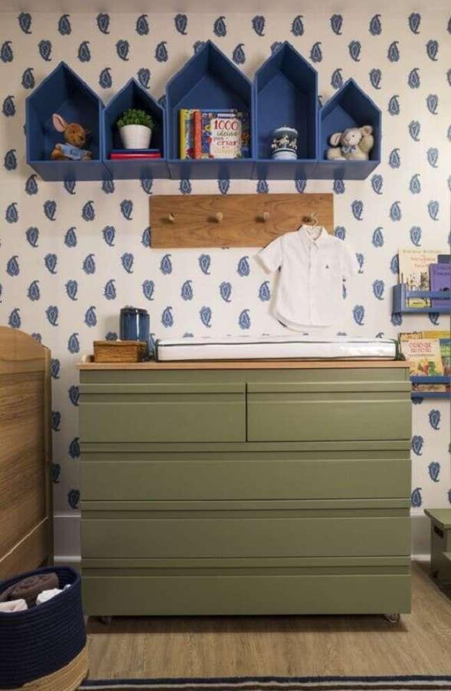 24. Cômoda com trocador verde para decoração de quarto de bebê azul e branco – Foto: Quartos Etc.