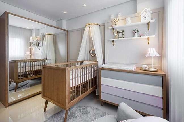 56. Quarto de bebê cinza decorado com cômoda com trocador – Foto: Constance Zahn