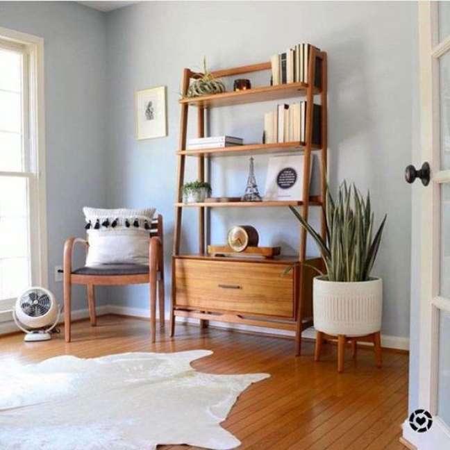 59. Sala com estante cavalete de madeira e plantas – Foto Virou Tendência