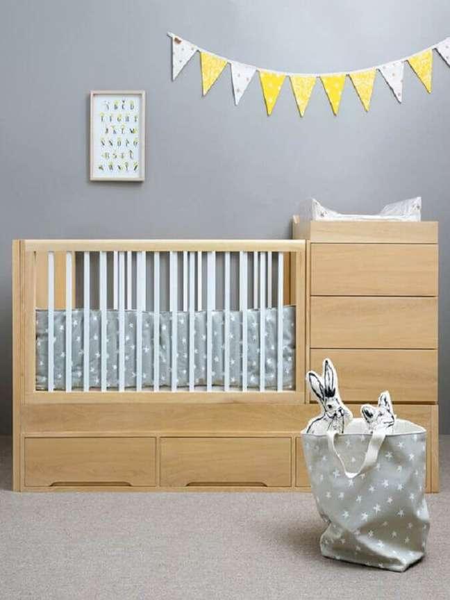46. Modelo simples de berço com cômoda e trocador para quarto de bebê cinza – Foto: Pinterest