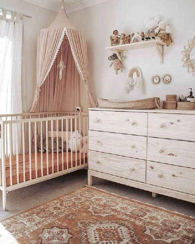 9. Quarto de bebê rústico decorado com cômoda de bebê com trocador – Foto: Vobibr