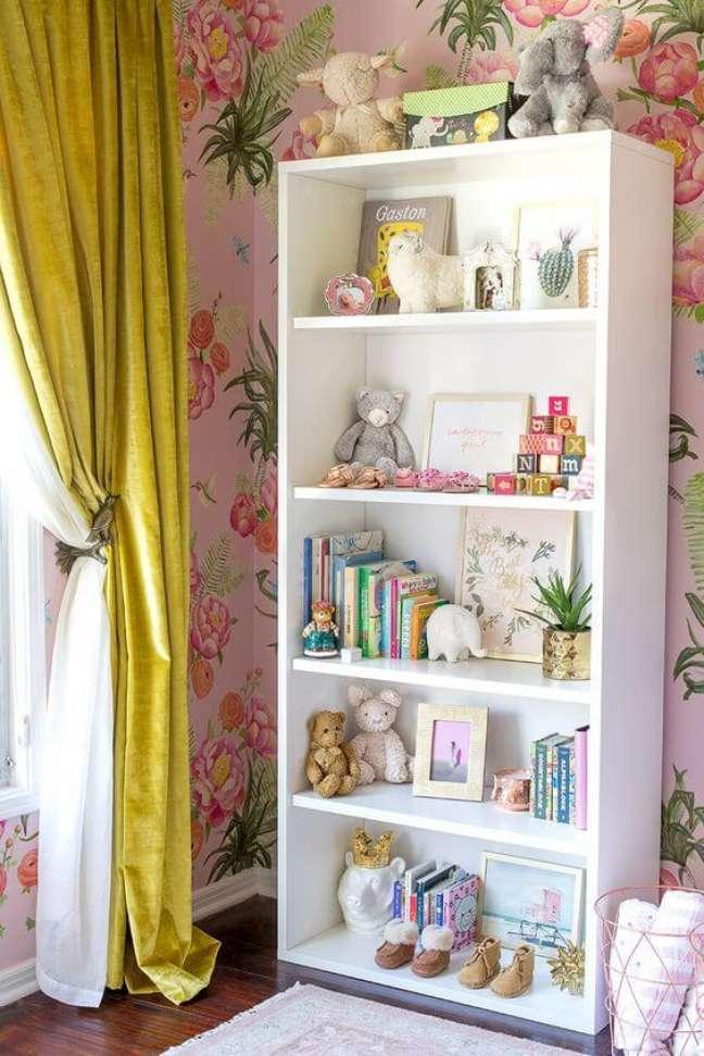 58. Quarto infantil com enfeites para estante de ursinhos e livros infantis – Foto Style by Emily Henderson