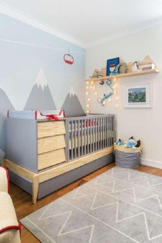 10. Berço com cômoda e trocador para decoração de quarto cinza com adesivo de montanhas na parede – Foto: Constance Zahn