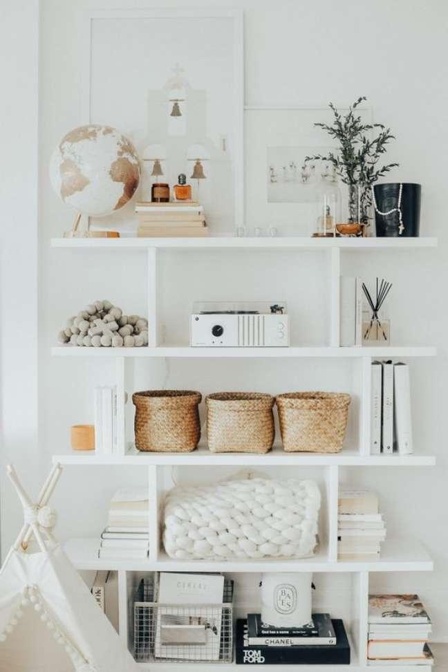 10. Enfeites para estante branca com globo livros e projetor – Foto Steph Jolly