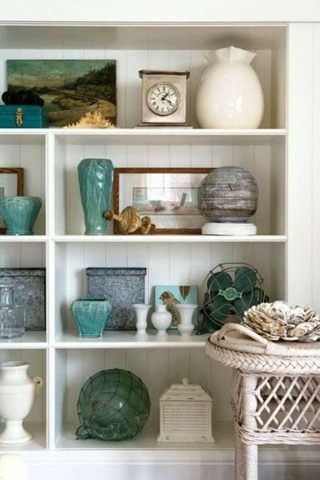 15. Enfeites para estante branca com vasos em turquesa – Foto Arquitrecos
