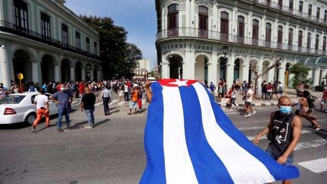 Alguns vídeos mostram dezenas de apoiadores do governo com faixas de Fidel Castro, bandeiras cubanas e do Movimento 26 de Julho