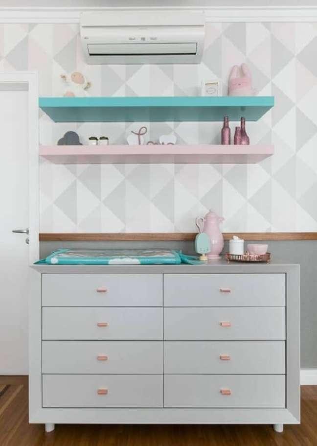 25. Cômoda de bebê com trocador cinza para decoração de quarto com papel de parede geométrico – Foto: Pinterest